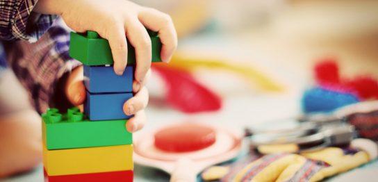 積み木で遊ぶ子供の手