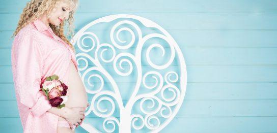 ピンクのマタニティウエアを着た妊婦さん